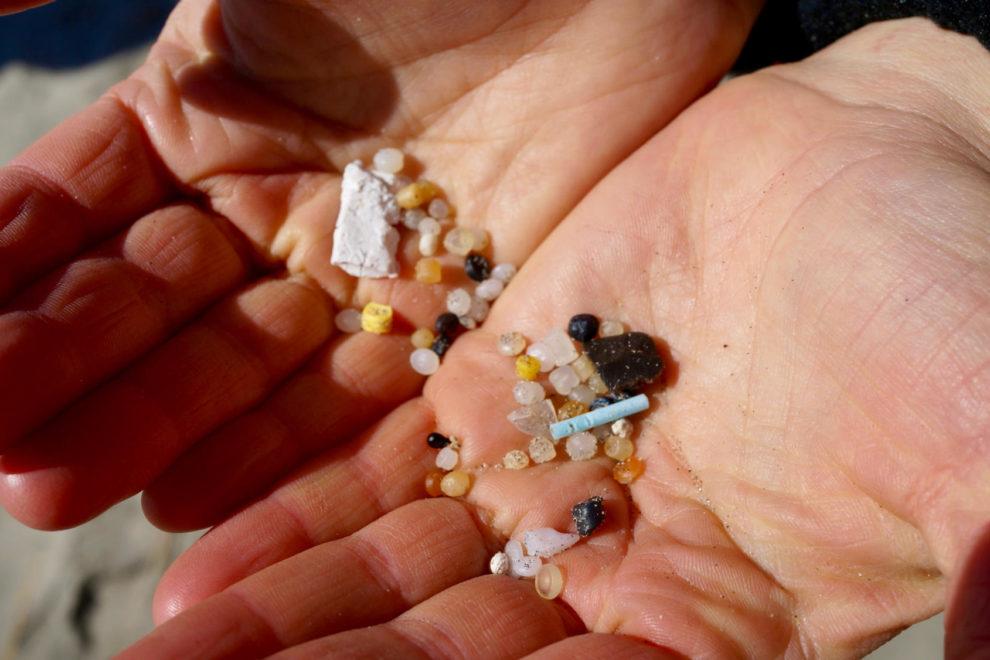 mikroplast i hender